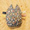 Knuffel rammelaar uiltje, grijs met kleine bloemetjes.