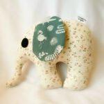knuffel olifant, kleine roosjes